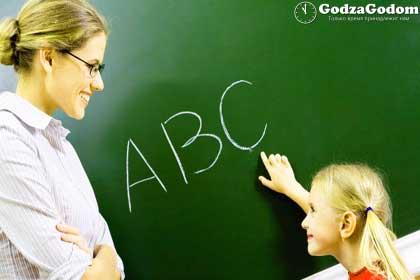 Учитель и ученица возле доски