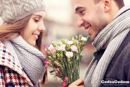 Парень поздравляет девушку с Международным женским Днём