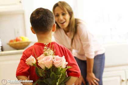 Ребенок поздравляет маму с праздником