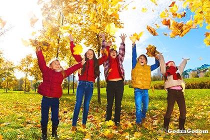 Дети радуются осенним каникулам